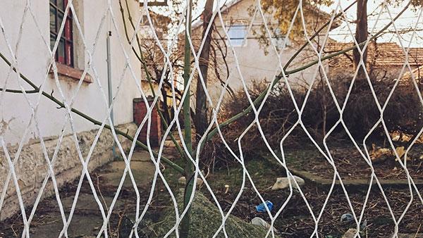 iskrivljena ograda u dvorištu