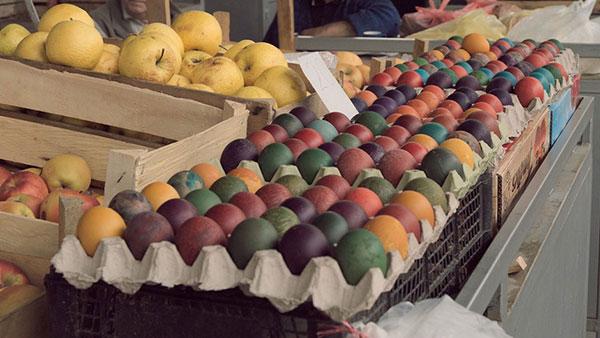 ofarbana jaja na pijaci za prodaju