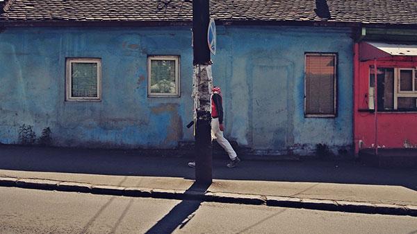 čovek ide ulicom