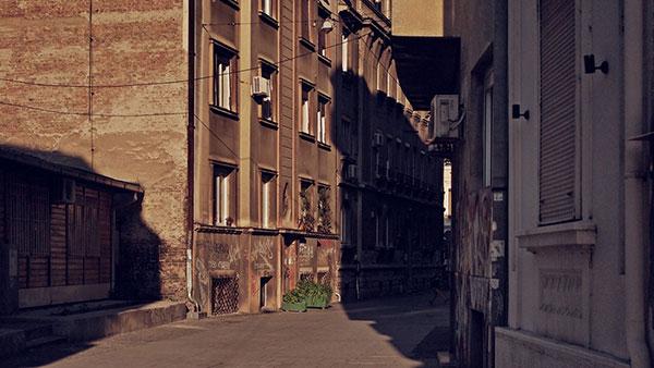 senke u uskoj ulici