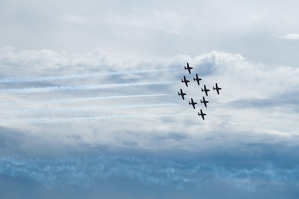 avioni lete u paradnoj formaciji