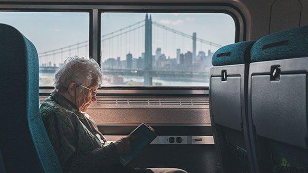 Žena čita knjigu u prevozu