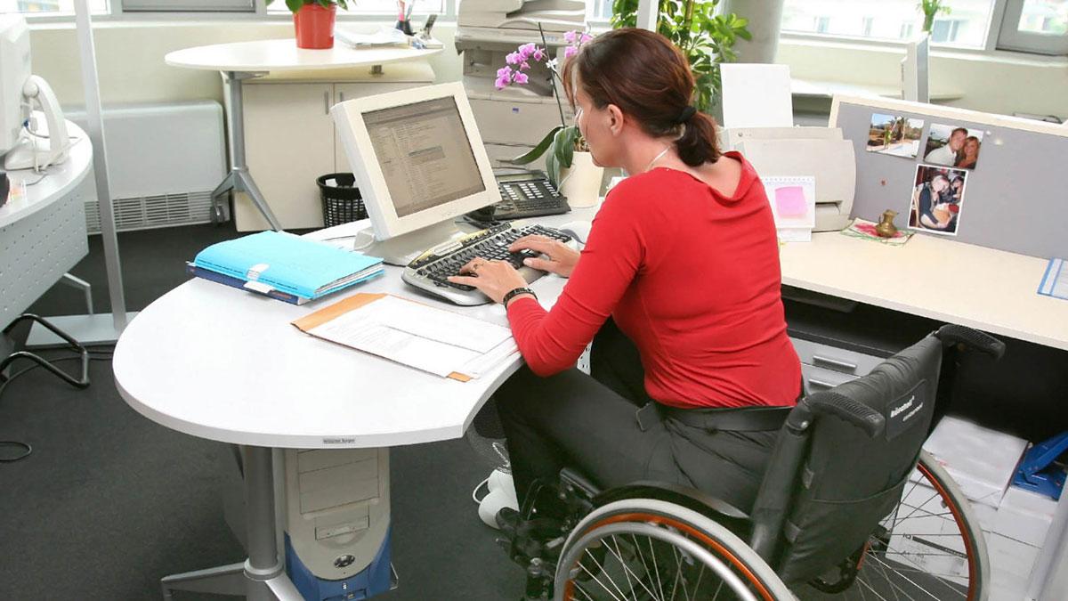 Žena u kolicima na poslu u kancelariji
