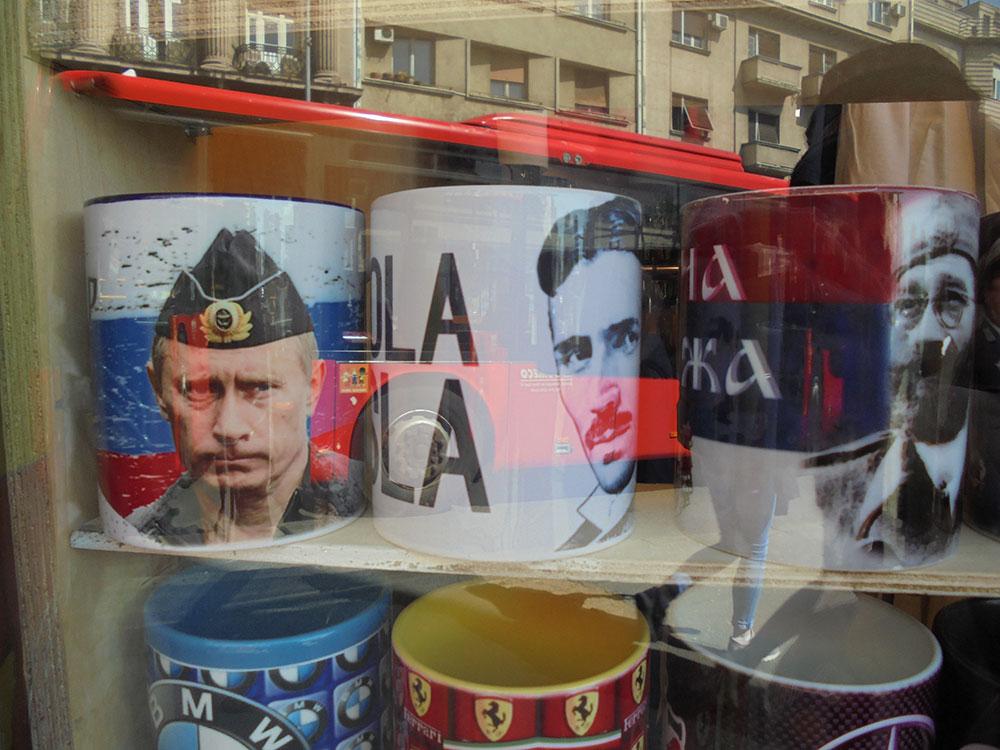 šolje u izlogu sa likovima Putina, Nikole Tesle i Draže Mihajlovića