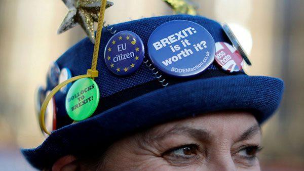 Šešir sa bedževima: Bollocks to Brexit, EU citizen, Brexit: is it worth it?