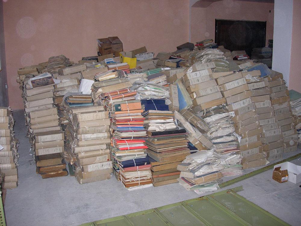 Gomila arhivskih dokumenata u depou Arhiva Unsko-sanskog kantona, Bihać, BiH