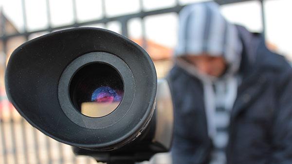 čovek i objektiv kamere