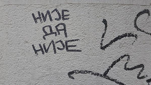 Natpis na zidu: Nije da nije
