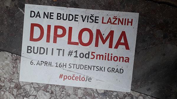 Nalepnice protesta 1od5 miliona protiv lažnih diploma