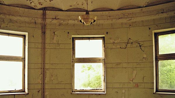 zapuštena prostorija sa 3 prozora