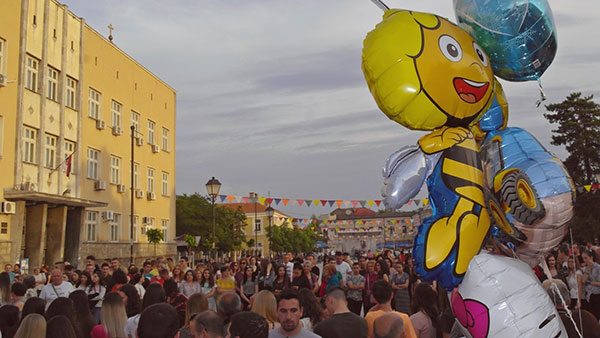 Ljudi na gradskom trgu u Negotinu