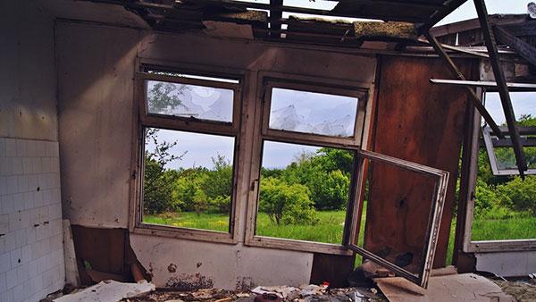 unutrašnjost srušene kuće