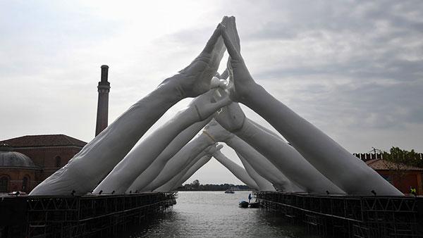 58. Venecijansko bijenale, Lorenzo Quinn: Izgradnja mostova