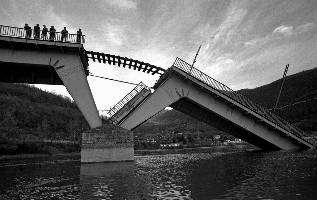 15. april 1999, porušen most na pruzi Beograd-Bar, foto: Miloš Cvetković