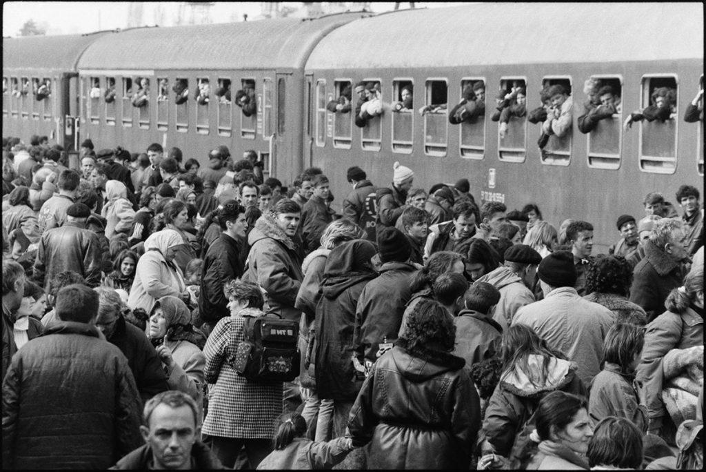 1. april 1999, albanski stanovnici Prištine pokušavaju da uđu u voz za Makedoniju, foto: Vuk Branković