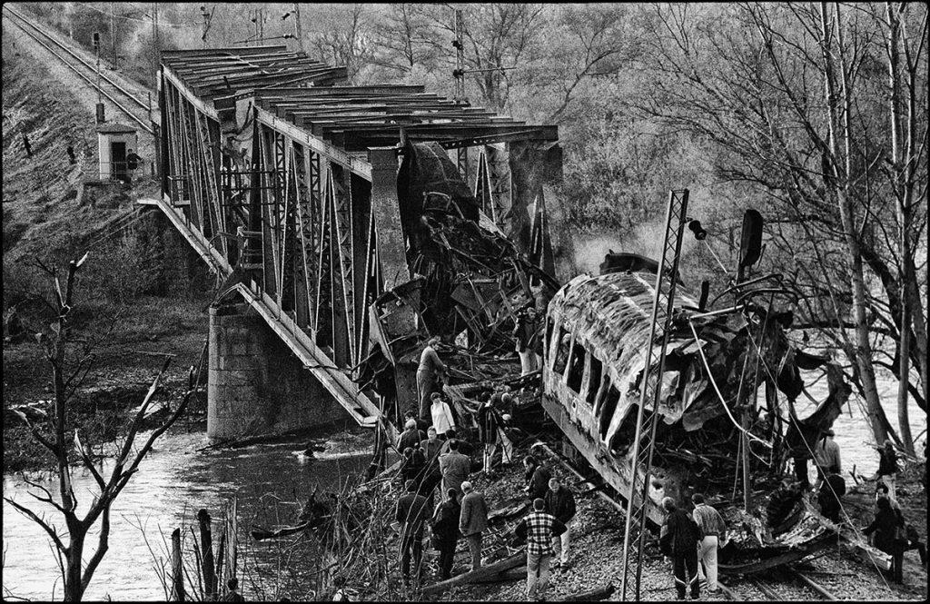 12. april 1999, bombardovani putnički voz u Grdeličkoj klisuri, gde je poginulo preko 50 ljudi, foto: Imre Szabó