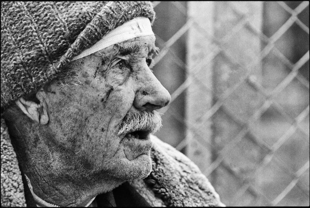 14. maj 1999, starac iz sela Koriša kod Prizrena, gde je u napadu NATO avijacije poginulo preko 100 ljudi i na desetine ranjeno, foto: Vuk Branković