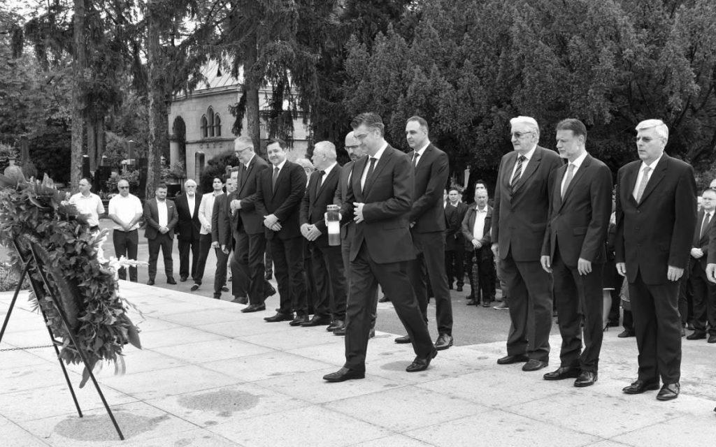 Svečarski okupljena gomila u teget ambalaži pred grobnicom Franje Tuđmana, foto: Davorin Višnjić/PIXSELL