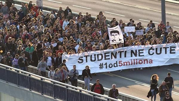 Kolona protestanata sa transparentom: Studenti ne ćute #1od5miliona