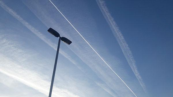 nebo ispresecano tragovima aviona