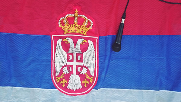 zastava Srbije i mikrofon