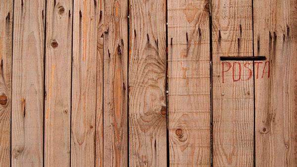 Drvena vrata na kojima piše: Pošta