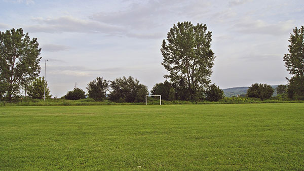 prazan fudbalski teren