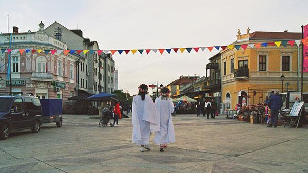 dve devojčice u belom na gradskom trgu u Negotinu