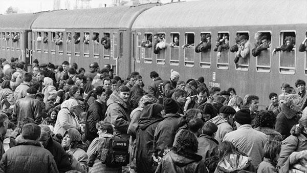 Albanski stanovnici Prištine pokušavaju da uđu u voz za Makedoniju