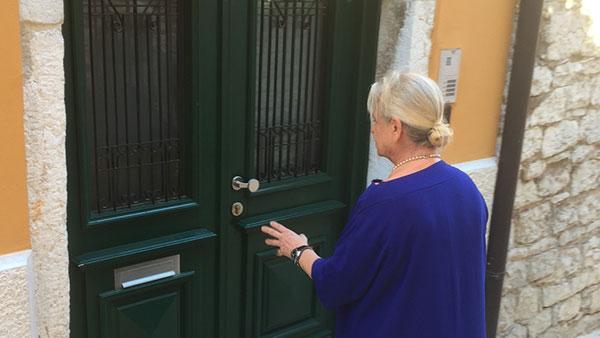 Borka pred vratima nekadašnje kuće u Rovinju 2017.