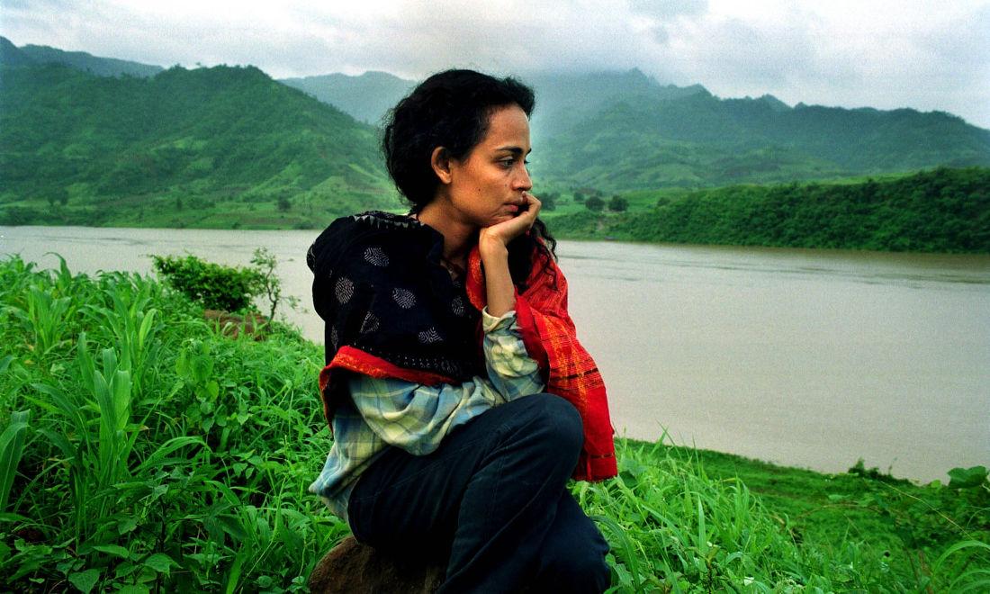 Arundhati Roy na obali reke Narmada, avgust 1999, foto: Karen Robinson/The Observer