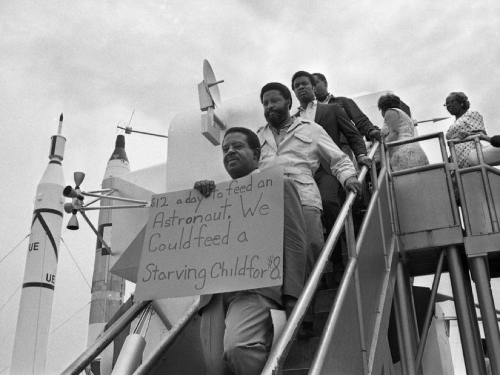 """12$ dnevno da se nahrani astronaut. Mi nahranimo gladno dete za 8$"", protest na dan poletanja Apolo 11, foto: smithsonianmag"