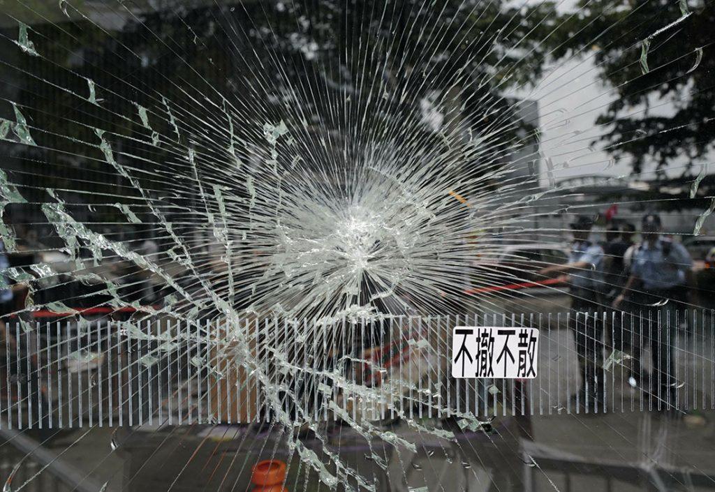 Stakleni zid oko sedišta Zakonodavnog saveta, Hong Kong 2. jula 2019, foto: AP