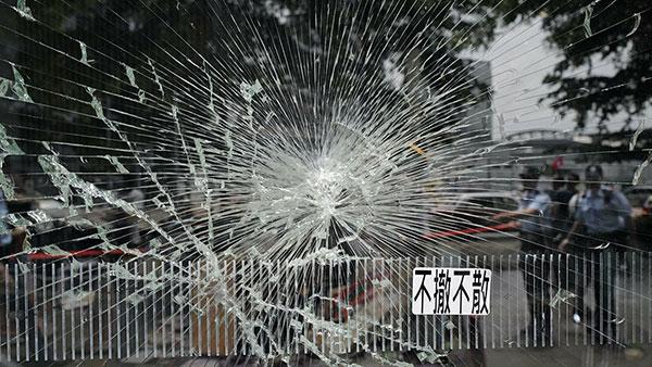 Stakleni zid oko sedišta Zakonodavnog saveta, Hong Kong 2. jula 2019.