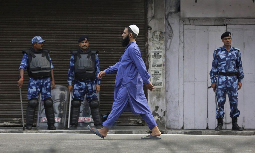 Muslimanski vernik i indijski vojnici, foto: Channi Anand/AP