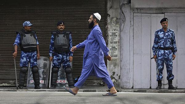 Muslimanski vernik i indijski vojnici