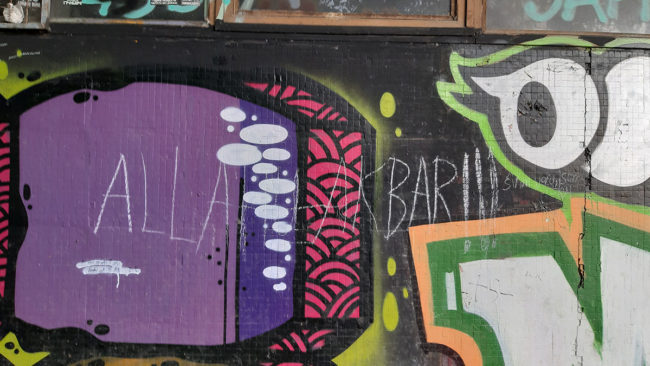 Natpis kredom na zidu: Alahu akbar