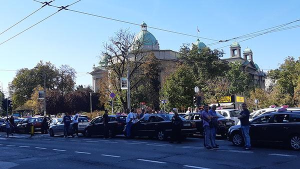 Taksisti ispred skupštine 30.9.2019, foto: Peščanik