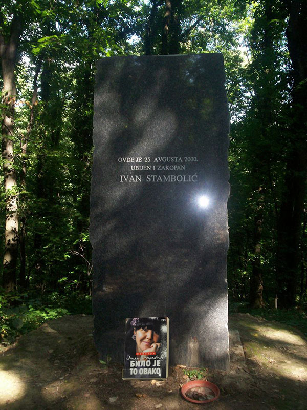 """Knjiga Mirjane Marković """"Bilo je ovako"""" naslonjena na spomenik Ivanu Stamboliću na Fruškoj gori"""