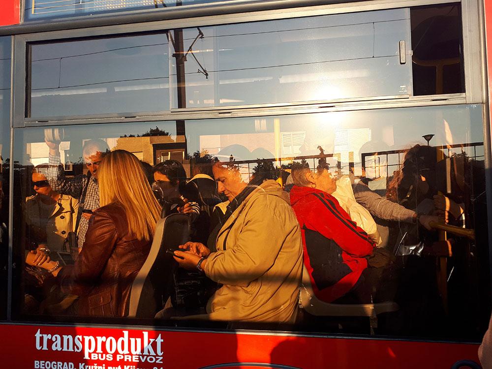 Ljudi sede u autobusu