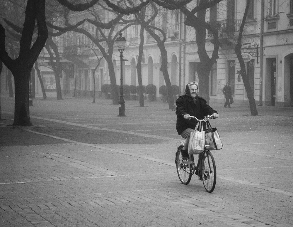 Starica na biciklu