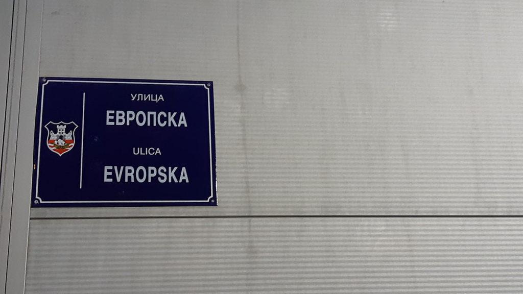 Tabla sa nazivom ulice u Novom beogradu na kojoj piše: Evropska ulica