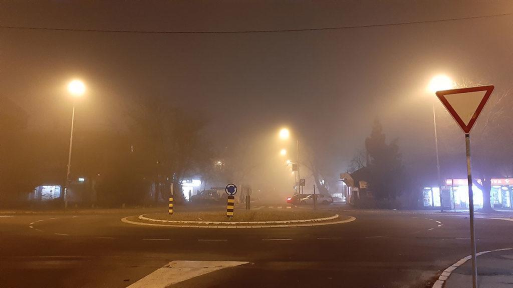 kružna raskrsnica u magli