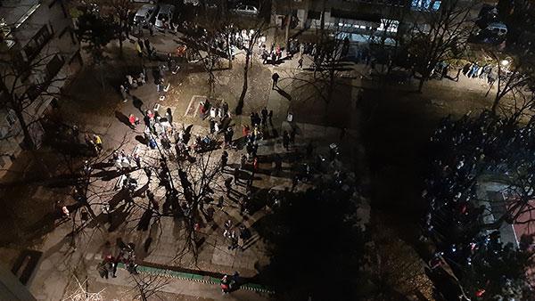 Čekanje vatrometa u Bloku 45, foto: Peščanik