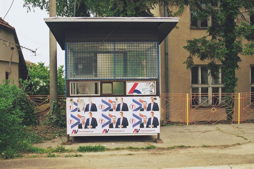 Trafika izlepljena izbornim plakatima