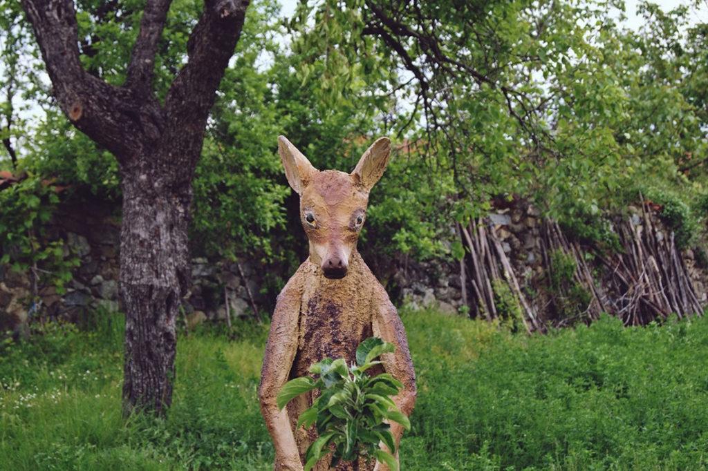 Skulptura kengura u voćnjaku naivnog umetnika iz okoline Negotina
