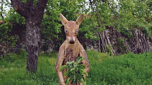 Skulptura kengura u voćnjaku naivnog umetnika iz okoline Negotina, foto: Predrag Trokicić