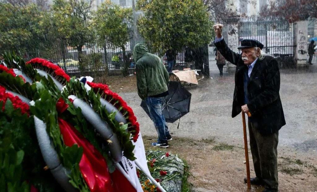 Manolis Glezos odaje poštu žrtvama studentske pobune na atinskoj Politehnici 1973.