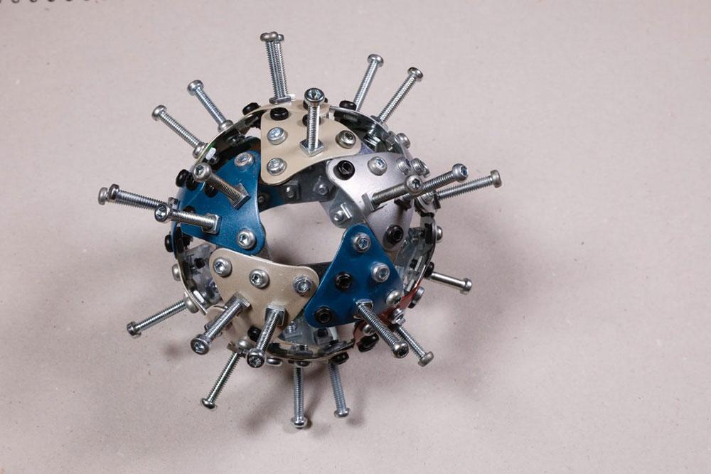 model korona virusa napravljen od metalnih delova