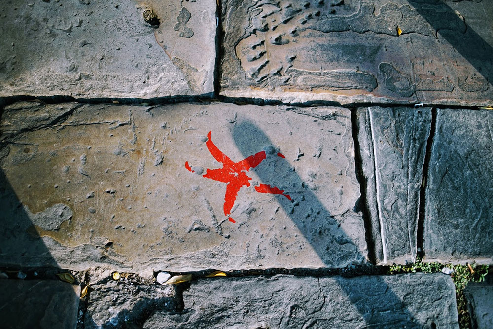 crvena zvezda nacrtana na zidu